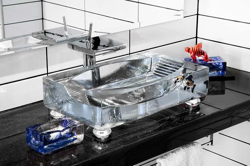 Handfaten av glas är designade av Kjell Engman