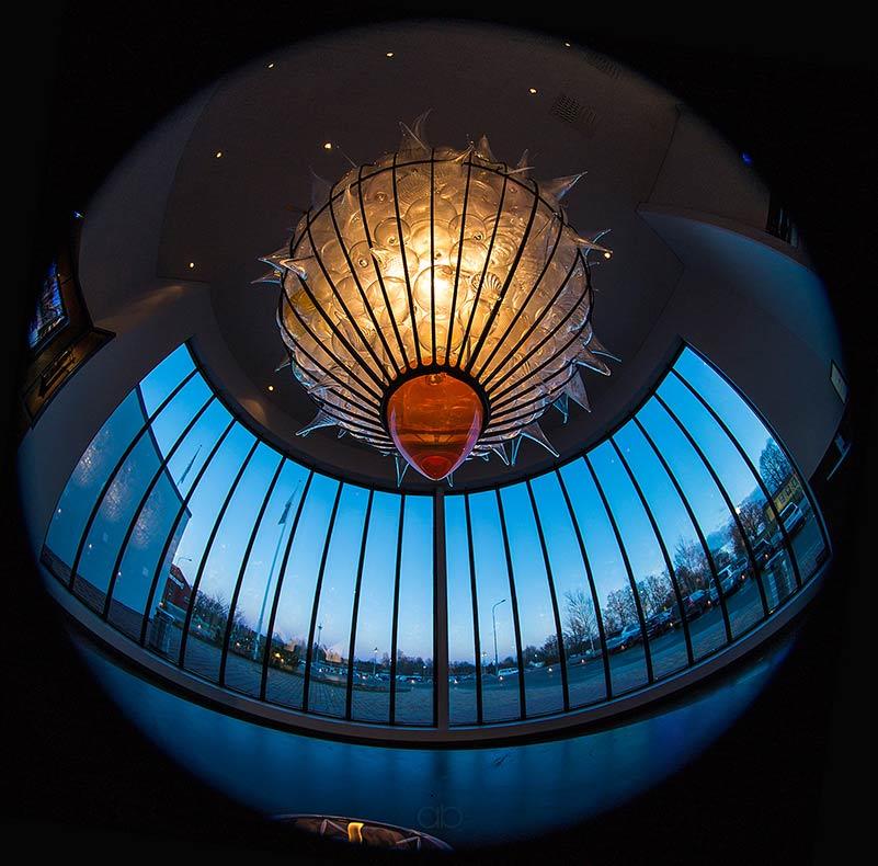 I hotellobbyn hänger en ljuskrona av Bertil Vallien